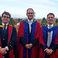 Auf jeden Fall angemessen gekleidet: Dr. Thomas Farrenkopf (Mitte) und seine Betreuer Dr. Neil Urquhart (links) und Prof. Dr. Michael Guckert nach der Graduation Ceremony in Edinburghs Usher Hall